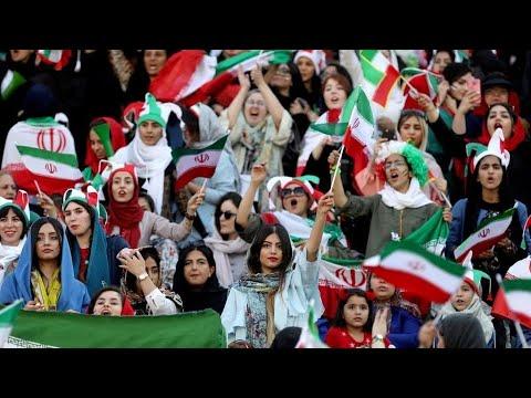 شاهد فرحة مزدوجة للإيرانيات بحضور مباراة بلادهم ضد كمبوديا