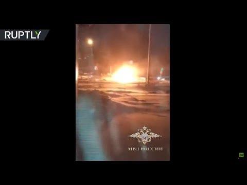 شاهد رجل ينقذ عجوزًا من سيارة مشتعلة في تومسك الروسية