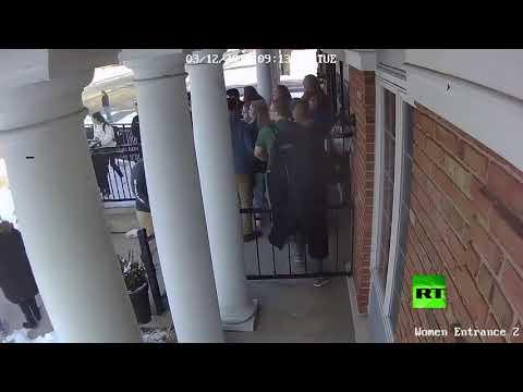 شاهد طالبة أميركية مسلمة تفتح أبواب المسجد لإنقاذ زملائها