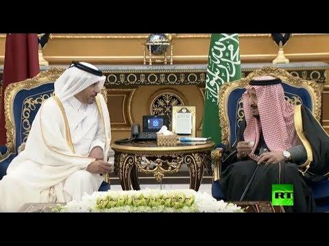 شاهد العاهل السعودي يستقبل رئيس وزراء قطر لحظة وصوله الرياض