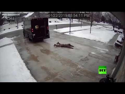 شاهد عامل توصيل يلجأ للتزحلق على الجليد لتسليم طلبيته