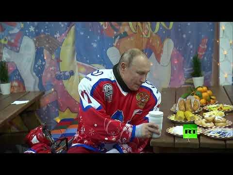 شاهد الرئيس فلاديمير بوتين يشرب من كوبه الشهير ويأكل الذرة