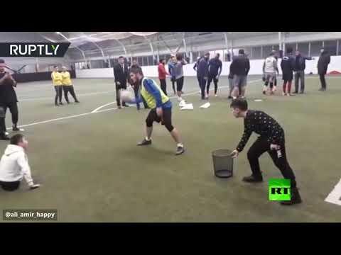 شاهد حبيب يلعب كرة القدم مع صبي بلا ساقين ويتبادل معه الهدايا