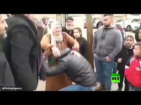 شاهد أسير فلسطيني يرتمي تحت رجلي والدته لحظة لقائها