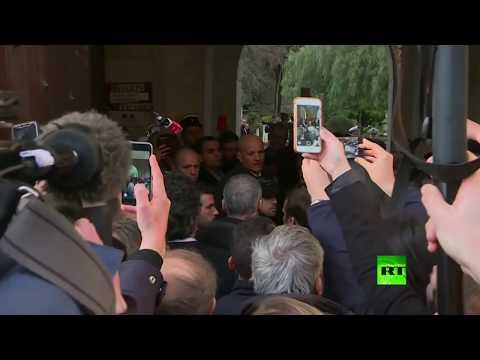 شاهد إيمانويل ماكرون يخرج عن السيطرة بسبب شرطي إسرائيلي