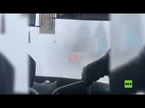 شاهد ركاب حافلة سفر في مواجهة الجليد