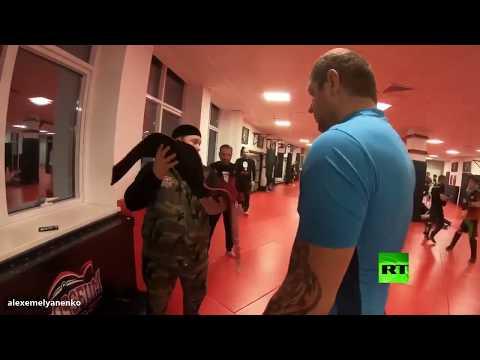 شاهد المشاغب يقدم حزامه هدية لـ قديروف عبر حارسه الشخصي