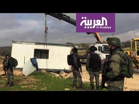 شاهد قوات الاحتلال تُصادر غرفة مدرسية في الخليل