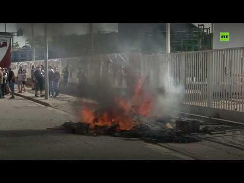 شاهد عمال نيسان يحرقون الإطارات احتجاجًا على إغلاق المصانع في كاتالونيا