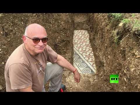 شاهد علماء الآثار يعثرون على أرضية من الفسيفساء الرومانية في إيطاليا