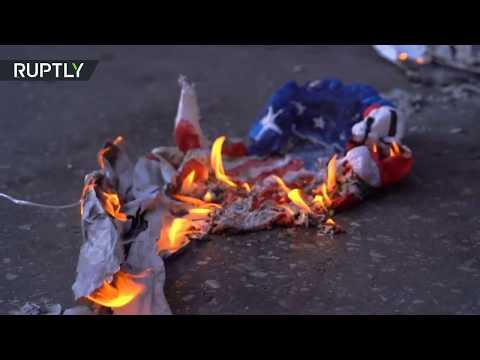 شاهد متظاهرون يلقون زجاجات حارقة باتجاه السفارة الأميركية في اليونان