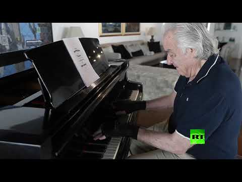 شاهدقفازات سحرية ساعدت على تأهيل عازف بيانو برازيلي