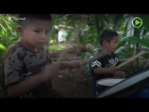 شاهد طفلان من الصم والبكم يعزفان الطبل على العلب والأواني القديمة
