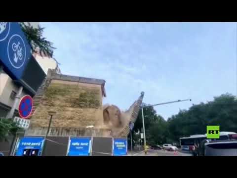 شاهد لحظة انهيار جزء من جدار يحمي أطلالًا تاريخية في الصين