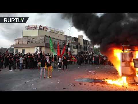 شاهد العشرات يضرمون النار في مقر قناة دجلة الفضائية وسط بغداد