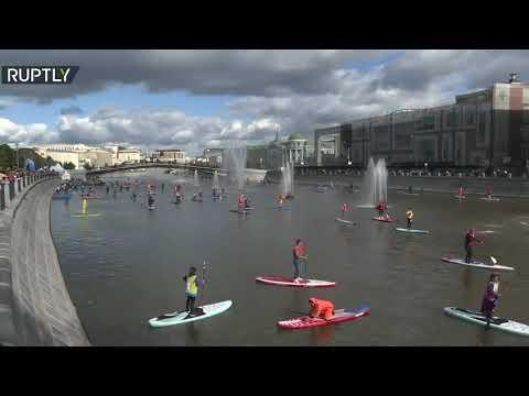 شاهد عشاق الرياضات المائية يتجمعون على ضفاف نهر موسكو