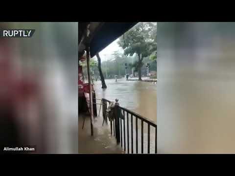 شاهد الفيضانات تضرب مدينة مومباي الهندية بعد أمطار غزيرة