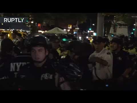 شاهد شرطة نيويورك تُفرق محتجين وهم يستمتعون بوجبات العشاء