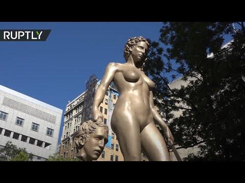 شاهد تمثال يرمز لحركة مي تو النسائي أمام محكمة نيويورك الأميركية