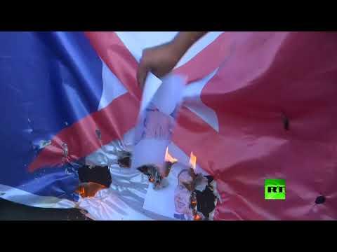 شاهد متظاهرون يحرقون صور ماكرون أمام السفارة الفرنسية في بغداد