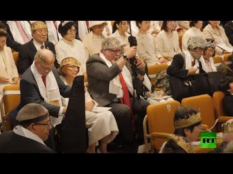 شاهد المؤمنون المسلحون بالبنادق يحضرون حفل زفاف في كنيسة أميركية
