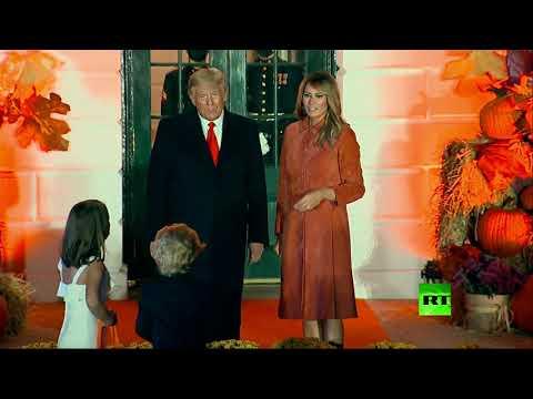 شاهد ترامب وزوجته يلتقيان شبيهيهما الصغيرين أثناء الاحتفال بعيد الهالوين