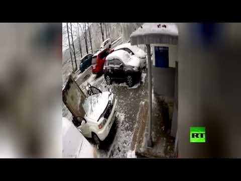 شاهد بلاطة عملاقة تسقط على سيارة وتكاد تقتل سائقها في روسيا