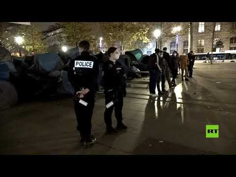 شاهد الشرطة الفرنسية تُفكّك مخيمًا للمهاجرين وسط العاصمة باريس