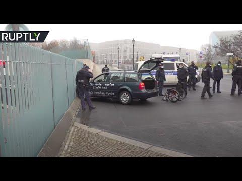 اصطدام سيارة ببوابة مقر إقامة المستشارة الألمانية في