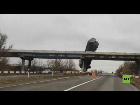شاهد شاحنة تتدلى من على أحد الجسور في مقاطعة روسية