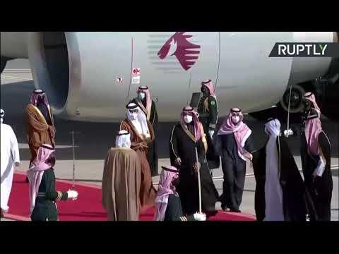 شاهد  عناق محمد بن سلمان وأمير قطر عند سلم الطائرة في السعودية
