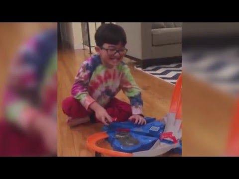 صوت الإمارات - بالفيديو طفل يبتكر طريقة لخلع أسنانه بنفسه