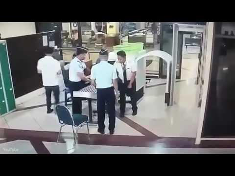 صوت الإمارات - لحظة طرد طيار إندونيسي مخمور بعد دخوله المطار