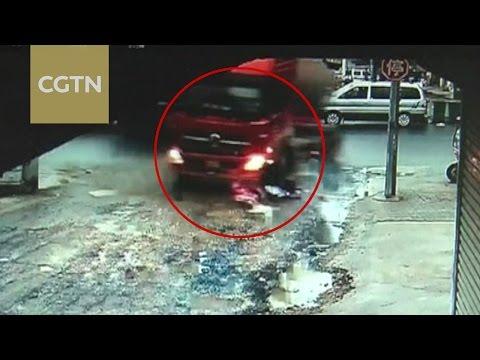 صوت الإمارات - شاهد لقطات مروعة لشاحنة تدهس فتاتين