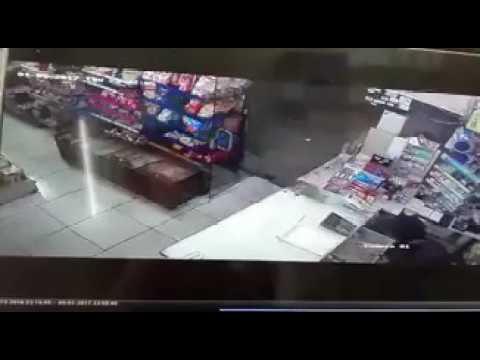 صوت الإمارات - شاهد لحظة الاعتداء على بائع وسرقة محله في السعودية