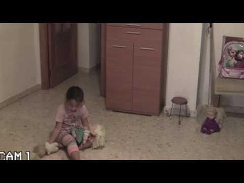 صوت الإمارات - شاهد فيلم رعب حقيقي تتعرض له طفلة بسبب منزلها المسكون