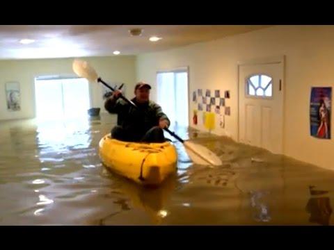 صوت الإمارات - بالفيديو مواطنة أميركية تتجول داخل منزلها بقارب بسبب الفيضانات