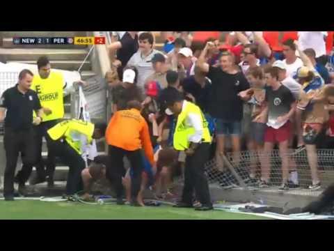 صوت الإمارات - شاهد تدافع الجماهير لتحية لاعب أسترالي تدهس أكثر من مشجع