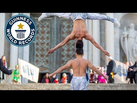 صوت الإمارات - بالفيديو  شقيقان يحطمان رقمًا قياسيًا بوقوفهما رأسا فوق رأس