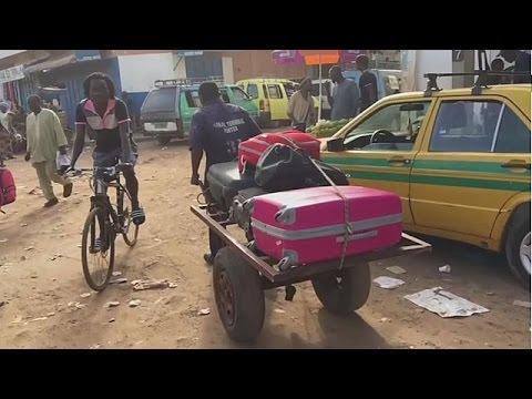 صوت الإمارات - شاهد  الآلاف يغادرون بانغول إثر فرض حالة الطوارئ في غامبيا