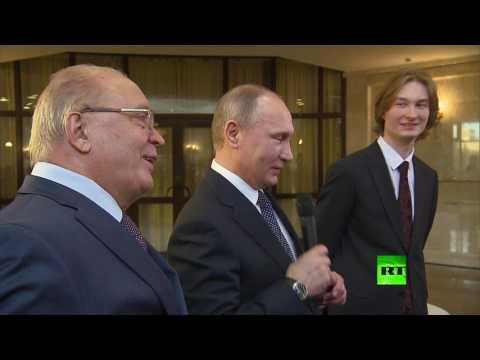 صوت الإمارات - بالفيديو الرئيس بوتين يغني إلى طلبة جامعة موسكو الحكومية