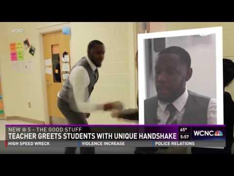 صوت الإمارات - شاهد مُدرّس يشعل الإنترنت بمصافحة كل تلميذ من طلابه
