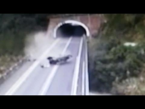 صوت الإمارات - سائق يخرج من حادث مروع في الصين