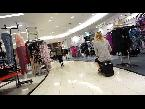 زوجان يقودان الحقيبة الذكية وسط ذهول المتسوقين