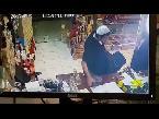 صوت الإمارات - بالفيديو  لحظة سرقة هاتف من محل عطور في السعودية